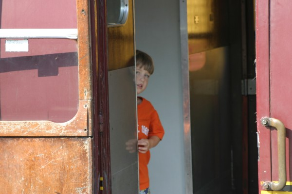 Cornwall Weblog: Nathaniel peeking from train (IMG_0856.JPG, 600 x 400, 48.0K)
