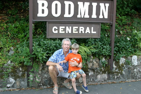 Cornwall Weblog: Frank and Nathaniel at Bodmin Station (IMG_0875.JPG, 600 x 400, 100.0K)
