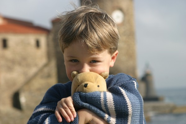 Cornwall Weblog: Nathaniel and bear, Colliure (IMG_2288.JPG, 600 x 400, 48.0K)
