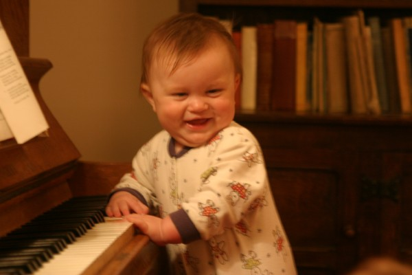 Cornwall Weblog: Sebastian playing the piano (IMG_2457.JPG, 600 x 400, 40.0K)