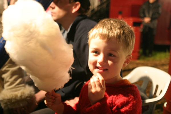 Cornwall Weblog: Cotton candy at the circus (IMG_4215.JPG, 600 x 400, 52.0K)